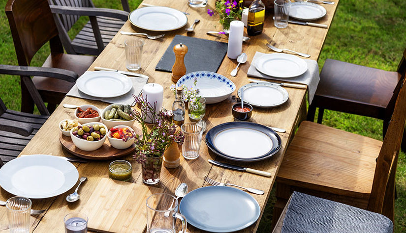 How To Set Your Outdoor Christmas Table